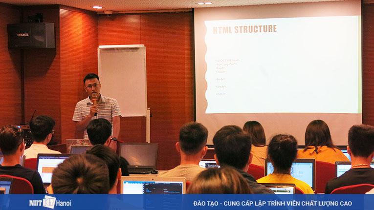 Sự tận tâm, nhiệt tình của giảng viên Nguyễn Thành Luân được các bạn sinh viên đánh giá cao